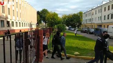 Mińsk. W Liceum BSU i na dziedzińcu trwają  zatrzymania.