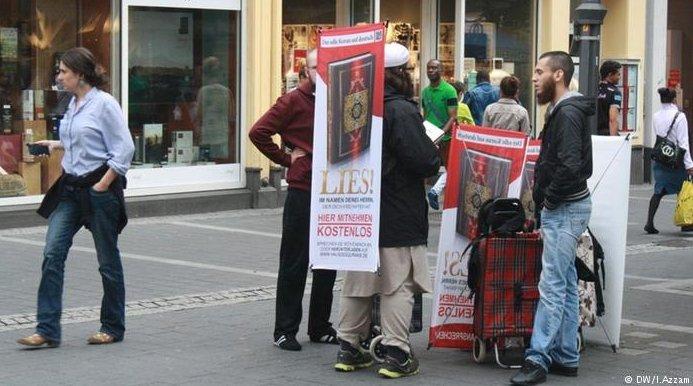 Rozdawanie Koranu w Bonn