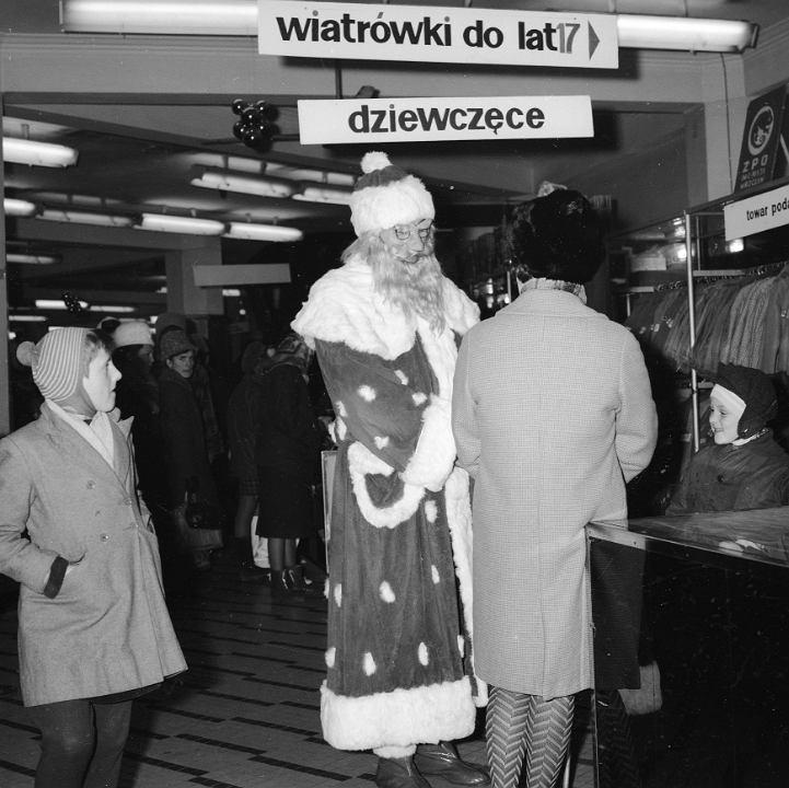 Mikołaj w Centralnym Domu Towarowym u zbiegu ulicy Kruczej i Alej Jerozolimskich w Warszawie, rok 1968