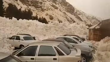 Zejście lawiny na parking w ośrodku narciarskim u podnóża góry Elbrus