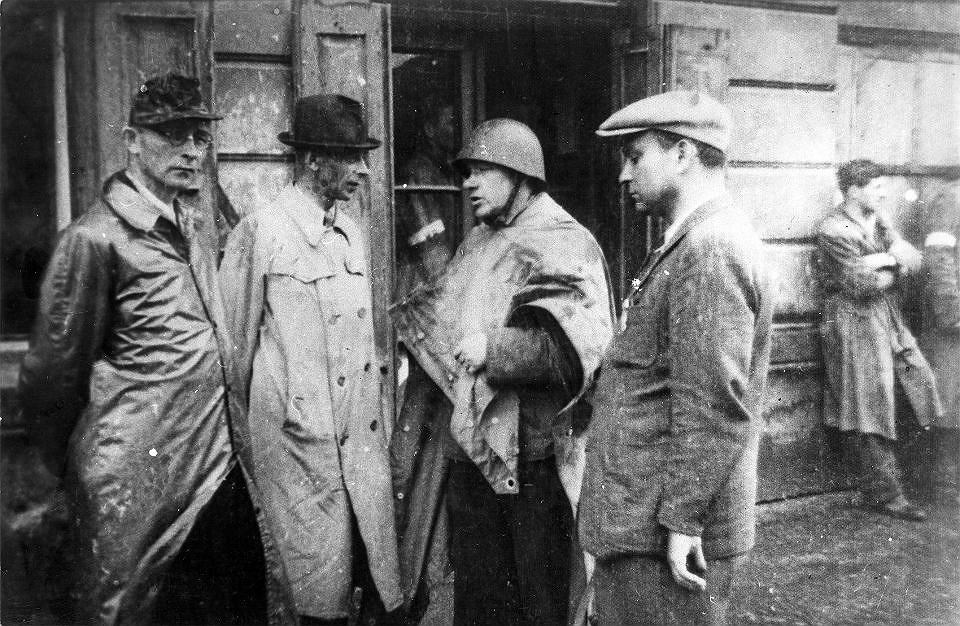 Generał 'Bór' (drugi z lewej) i pułkownik 'Radosław' (następny) na odprawie w okolicach fabryki Kammlera przy ul. Dzielnej na Woli