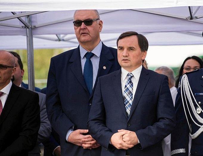 Prokurator krajowy Bogdan Święczkowski (z lewej) i minister sprawiedliwości Zbigniew Ziobro podczas wizyty w Sosnowcu 4 października
