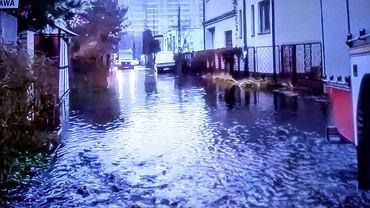Ulice na Bródnie zalane przez czarną substancję