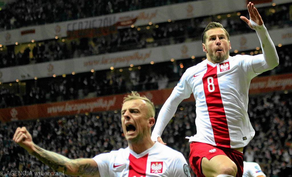 W decydującym meczu o awans do finałów Euro 2016 Polska zmierzyła się z Irlandią. Emocji nie zabrakło! Oto najlepsze zdjęcia z meczu.<br><br> Polacy cieszą się po golu Grzegorza Krychowiaka (z prawej)