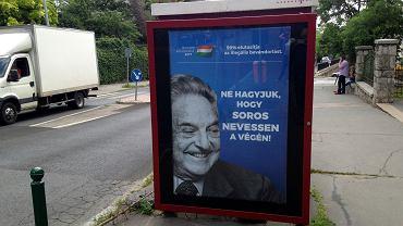 5.07.2017, Budapeszt, plakat kampanii przeciwko Georgowi Sorosowi na przystanku komunikacji miejskiej. Napis głosi: 'Nie pozwólmy, by Soros śmiał się ostatni'.
