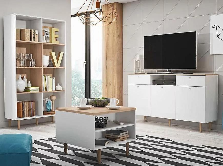 Salon z białymi meblami i wzorzystym dywanem.