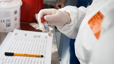 Pandemia koronawirusa. Mobilne laboratorium do pobierania próbek do testów na COVID-19. Lublin,  Samodzielny Publiczny Szpital Kliniczny nr 4, 24 kwietnia 2020