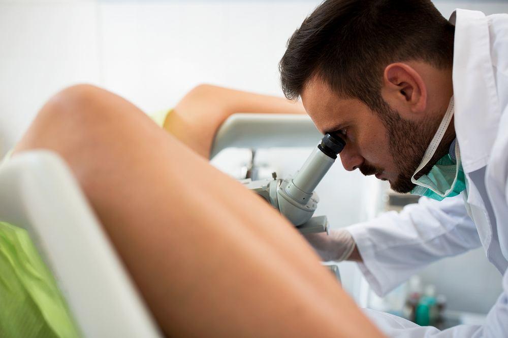 Do najbardziej charakterystycznych objawów raka trzonu macicy należą nieprawidłowe krwawienia z dróg rodnych, upławy, ból podczas stosunku oraz osłabienie