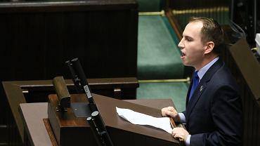 Poseł Adam Andruszkiewicz przemawia w sejmie.