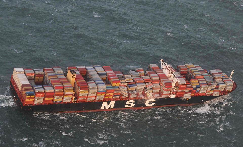 Konternerowiec MSC ZOE ze zniszczonym ładunkiem u wybrzeży Holandii.