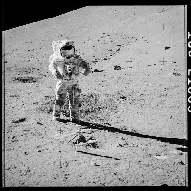 Astronauta Apollo 17, Gene Cernan, przygotowuje się do pobrania próbek 73001 i 73002