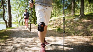 Opaska na kolano może hamować przeciążanie stawu kolanowego, a tym samym może chronić przed urazami