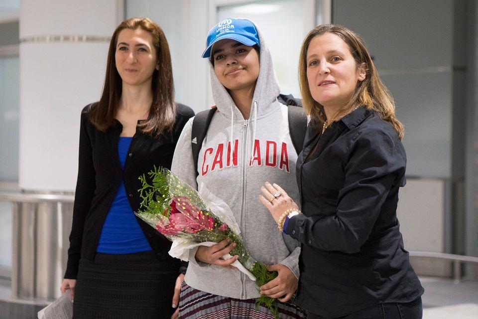 Osiemnastoletnia Saudyjka Rahaf al-Kanun (w środku) i minister spraw zagranicznych Kanady Chrystia Freeland (z prawej). Powitanie na lotnisku w Toronto, 12 stycznia 2019 r.