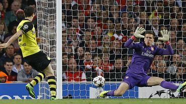 Robert Lewandowski strzela gola dla Borussii Dortmund w meczu z Arsenalem