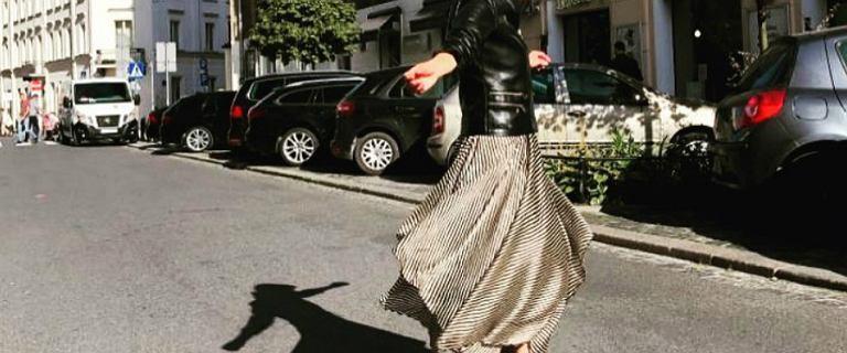 Katarzyna Zielińska tańczy na świeżym powietrzu w sukience od Just Paul. Wygląda bardzo fajnie!