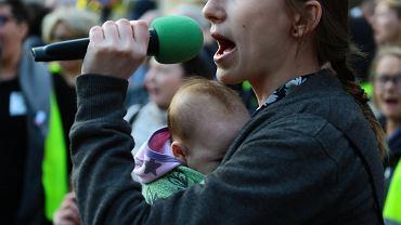 Manifestacja osób popierających protest rodziców osób niepełnosprawnych w Sejmie