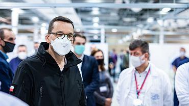 Premier Mateusz Morawiecki w nieprawidłowo założonej maseczce