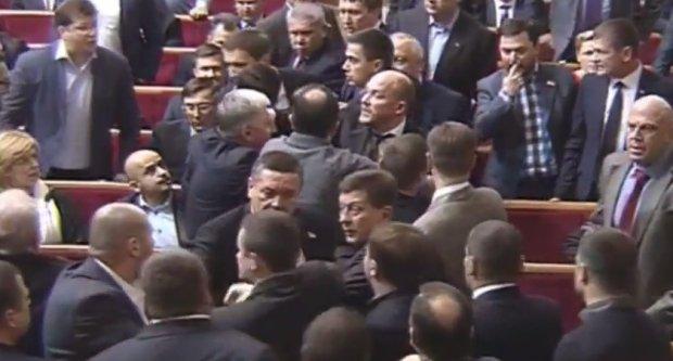 Pierwsza bójka w nowej Radzie Najwyższej Ukrainy. Kadr z filmu: