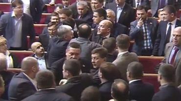 """Pierwsza bójka w nowej Radzie Najwyższej Ukrainy. Kadr z filmu: """"Draka w Radzie. (...)"""""""