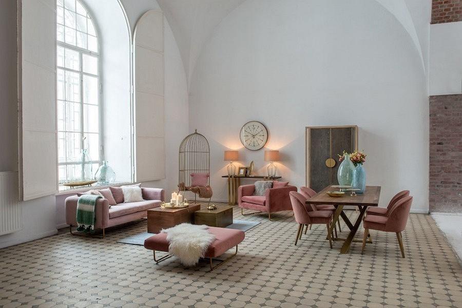 Kolekcja mebli wypoczynkowych Penthouse Miloo w kolorze przygaszonego różu prezentuje się doskonale