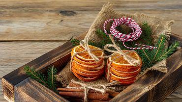 Suszone pomarańcze jako ozdoby bożonarodzeniowe wprowadzają świąteczny klimat do domu. Zdjęcie ilustracyjne