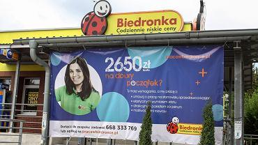 Baner reklamujący wysokość zarobków w sklepach sieci Biedronka.