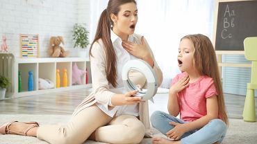 Terapia dysfonii czynnościowej opiera się na rehabilitacji głosu. Polega ona na nauce prawidłowej emisji głosu i eliminowaniu złych nawyków związanych z jego emisją.