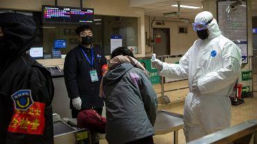 Kontrola zdrowia pasażerów na stacji metra w Pekinie