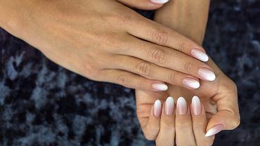 Ombre manicure to hit wśród stylizacji paznokci. Gwiazdy go kochają. Podpowiadamy, jak go zrobić krok po kroku