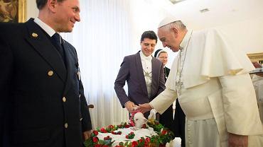 Papież błogosławi jagnię w Watykanie