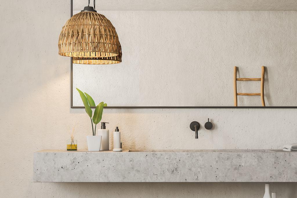 Łazienka z marmurem, drewnem i czarnymi dodatkami.