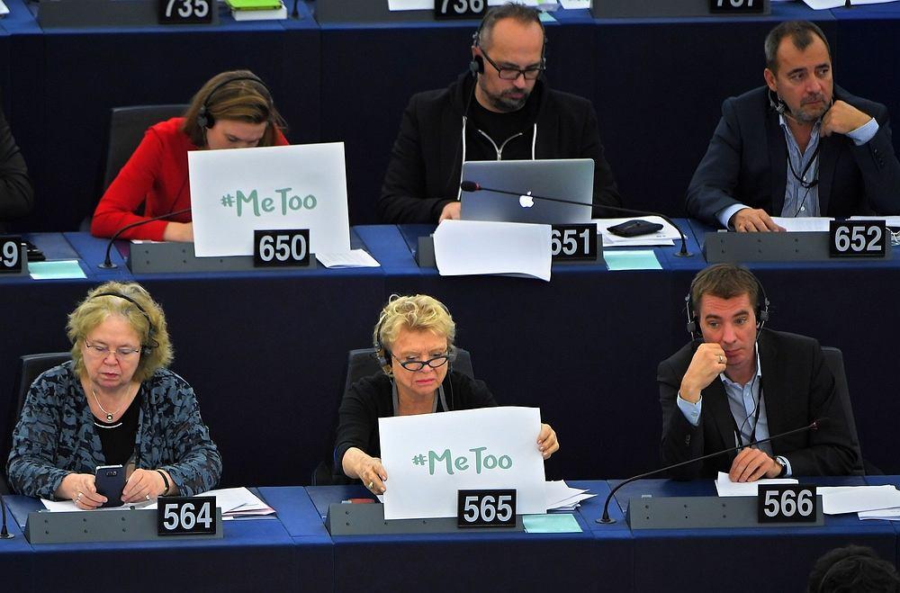 Europosłanki: Francuzka Eva Joly (pierwszy rząd) i Niemka Terry Reintke (drugi rząd) z plakatami #MeToo podczas obrad Europarlamentu w Strasburgu 25 października 2017