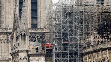Strażacy dokonują inspekcji Notre Dame po ugaszeniu pożaru. Paryż, 16 kwietnia 2019 r.
