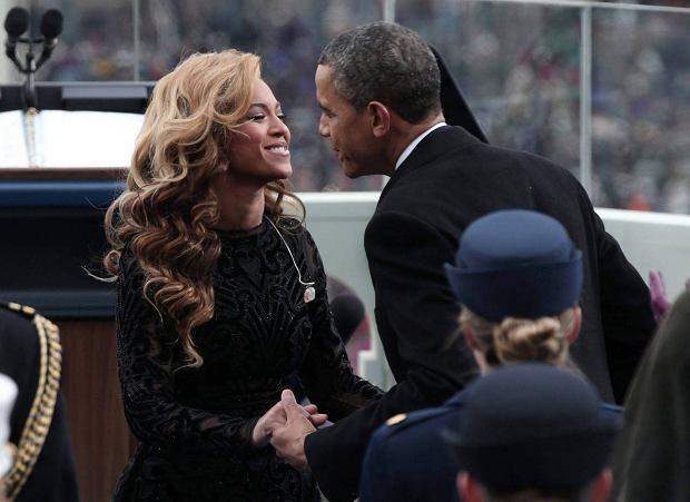U.S. President Barack Obama greets singer Beyonce after she performed the National Anthem during the presidential inauguration on the West Front of the U.S. Capitol in Washington January 21, 2013.   REUTERS/Win McNamee/Pool (UNITED STATES  - Tags: POLITICS ENTERTAINMENT)   SLOWA KLUCZOWE: :rel:d:bm:TB3E91L1DK9K3