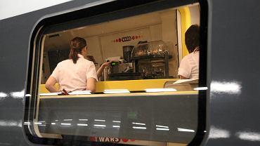 Pasażerowie bez miejscówek przesiadują w wagonach 'Warsu'. Bo w pociągach brakuje nawet po 150 miejsc. Na zdjęciu: odjazd Pendolino z dworca Wrocław Główny.