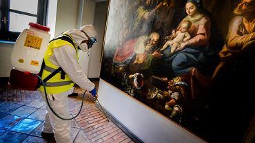 Dezynfekcja muzeum w średniowiecznym zamku Maschio Angioino, Neapol, 10 marca 2020 r. Liczba zakażonych koronawirusem w całych Włoszech wzrosła do ponad 7 tys.