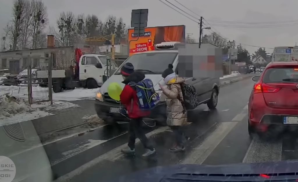 Dzieci prawie zginęły na przejściu. To nagranie rozpętało burze w internecie