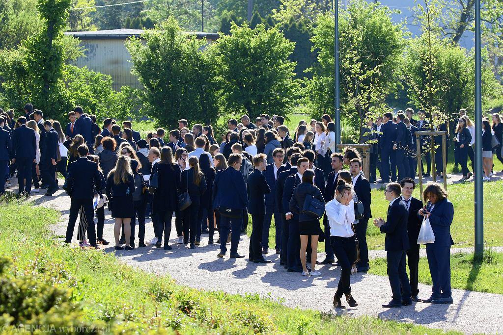 Uczniowie ewakuowani po alarmie bombowym w Piasecznie. Drugi dzień matur - matematyka.