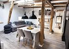 Dwupokojowe mieszkanie na poddaszu. Urzekająca prostota, w której dominują biel, szarość i naturalne drewno