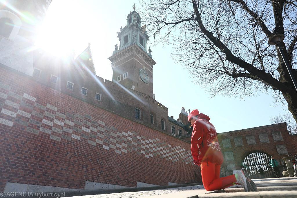 Kraków. Dzwon Zygmunt zadźwięczał, wzywając do modlitwy o ustanie epidemii