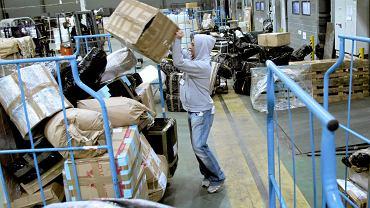 Polacy wysyłają rodakom za granicę mnóstwo produktów, między innymi książki, jedzenie