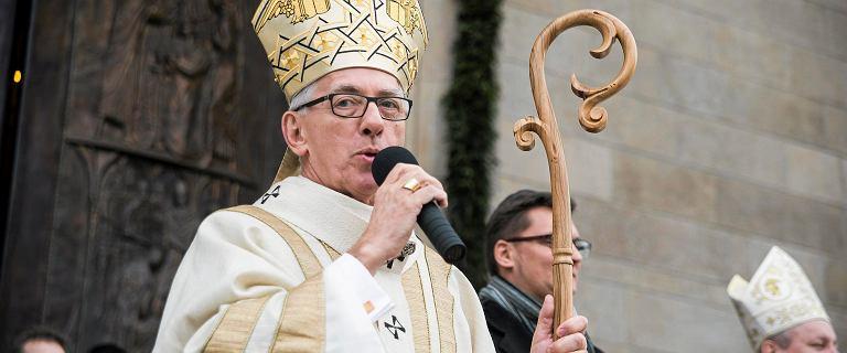 Ksiądz oskarżany o molestowanie mieszka w domu emeryta. Biskup Skworc milczał