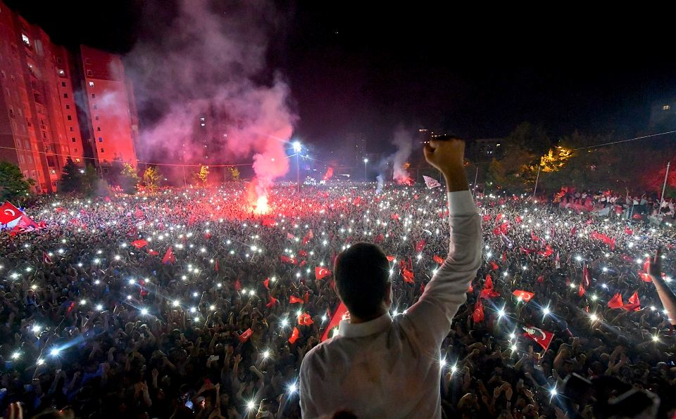Ekrem Imamoglu z opozycyjnej Republikańskiej Partii Ludowej (CHP) pozdrawia tłum swoich zwolenników świętujących wyborcze zwycięstwo na ulicach Stambułu, 23 czerwca 2019 r.