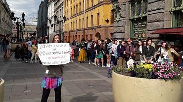 Demonstrujący w obronie siostr Khachaturian podczas protestu w Petersburgu, 22.06.2019