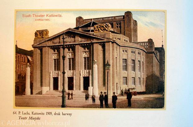 Pocztówka Teatru w Katowicach z 1909 roku. na rogach widać alegorie zniszczone potem przez Pawła Lubinę. Biało-czerwoną flagę wypuścił w 1922 roku przez okienko w prawym górnym rogu budynku
