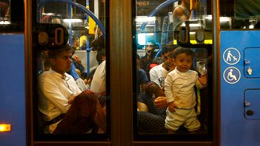 Imigranci opuszczają dworzec Keleti. 120 autobusów miejskich zabierze ich na austriacką granice