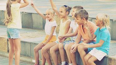 Zgadywanki to prosty, ciekawy i rozwijający sposób zabawy połączonej z nauką. Dzieci je uwielbiają, ponieważ są zabawne, śmieszne, wymagają skupienia, kojarzenia, inteligencji i zawierają element rywalizacji.