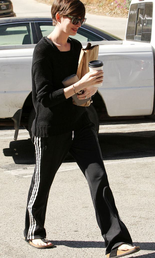April 18th, Oscar winner, Anne Hathaway stops off at a grocery store for coffee and supplies in Los Angeles, CA. Anne was all smiles as she sported a very dressed down look. Brooks/INFphoto.com Ref: INF usla-153  sp 