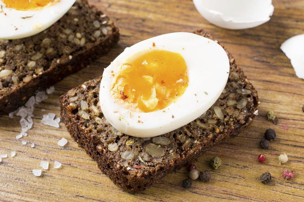 Skąd się bierze szara otoczka na żółtku ugotowanego jajka?