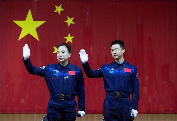 Astronauci Jing Haipeng (po lewej) oraz Chen Dong podczas konferencji poprzedzającej start misji Shenzhou 11